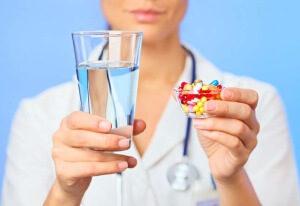Врач с водой и таблетками