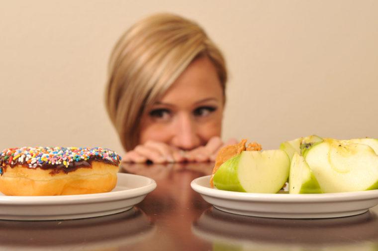 На столе торт и яблоки