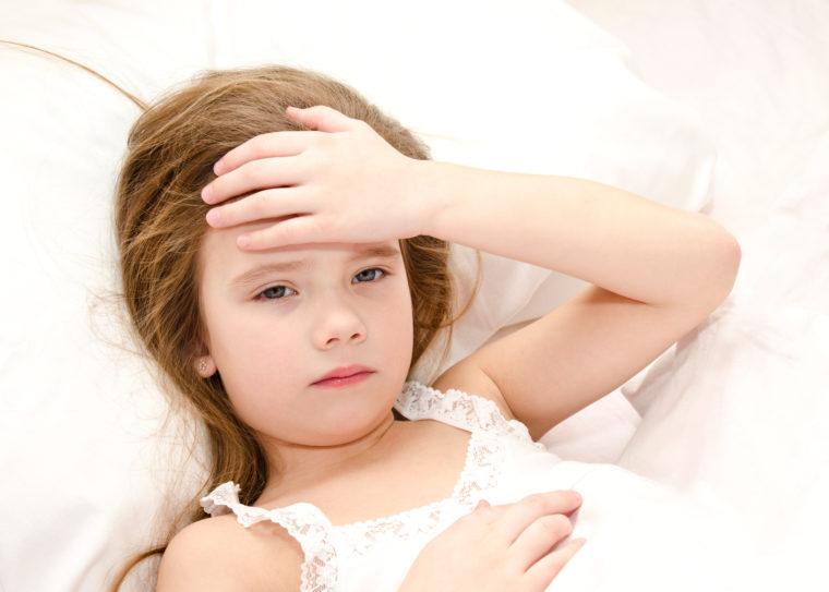 Ребенок младшего возраста в постели