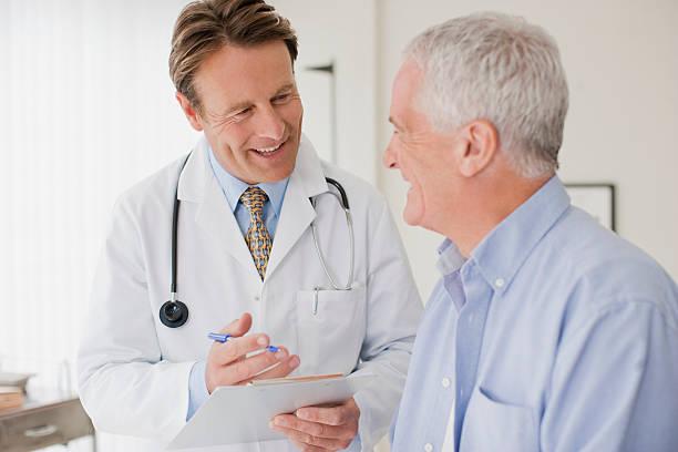 Разговор пожилого пациента с врачом