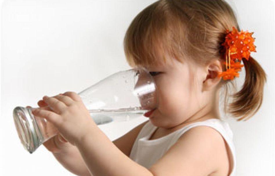 Девочка хлыщет воду