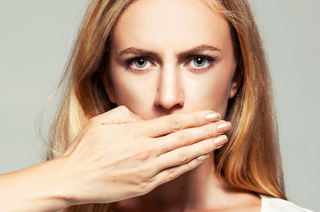 Девушка закрыла рот ладонью