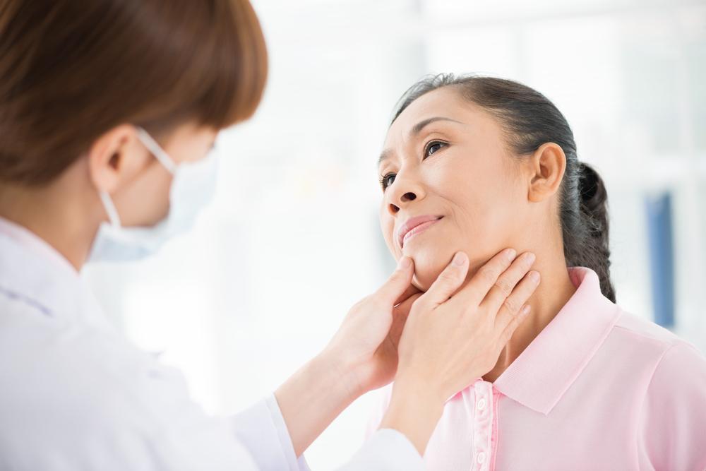 Проверка горла специалистом