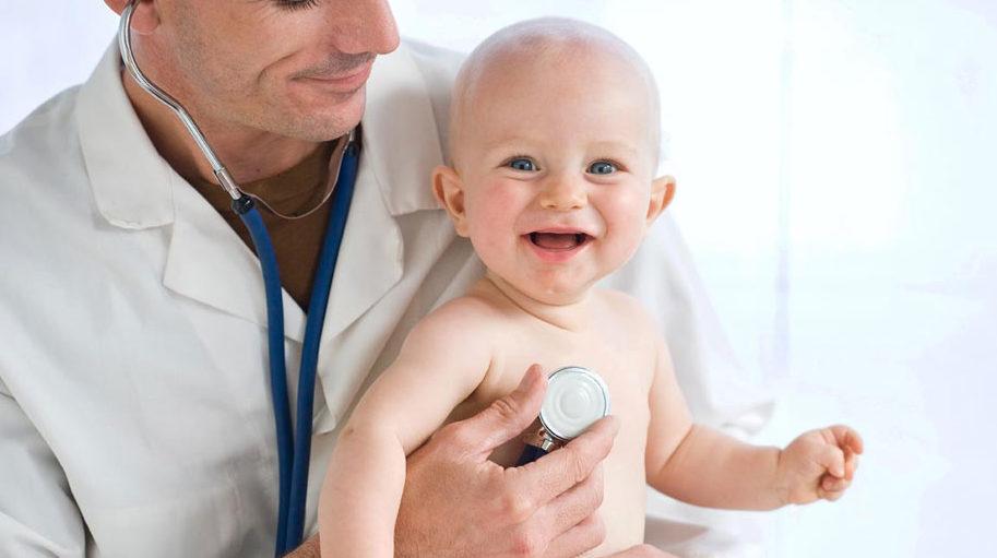 Ребенок на руках врача