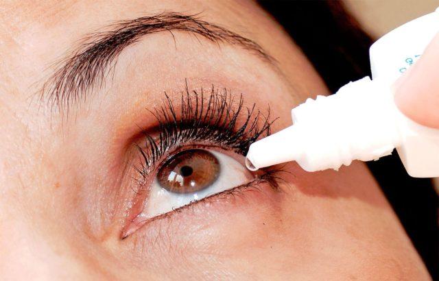 Закапывание глаза препаратом