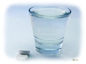 Таблетка и стакан воды