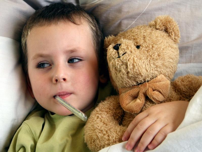 Больной ребенок в постели.